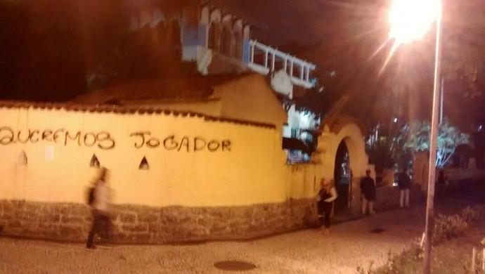 Protesto torcida Botafogo em General Severiano (Foto: Rodrigo Araújo / TV Globo)