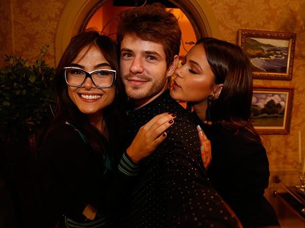 Maria Casadevall posa para a selfie com Bruna Marquezine e Maurício Destri (Foto: Raphael Dias/Gshow)