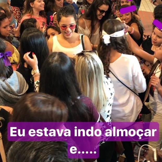 Mayla Araújo é cercada por fãs de Larissa Manoela (Foto: Reprodução/Instagram)