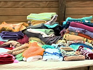 Mutirão entregou roupas e agasalhos a pessoas de baixa renda (Foto: Reprodução/RBS TV)