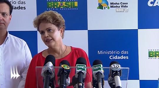 As faces de Dilma Rousseff: ombro esquerdo acima do direito sugere que a presidente não fala a verdade (Foto: Reprodução / YouTube)