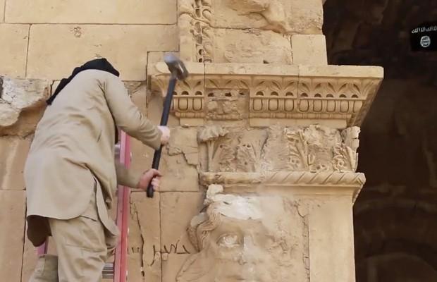 Vídeo divulgado pelo Estado Islâmico mostra militantes destruindo relíquias de 2000 anos no Iraque (Foto: AP)