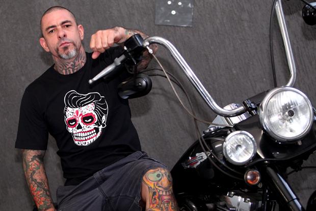 Henrique Fogaça com uma das camisetas da The Skull (Foto: Divulgação)