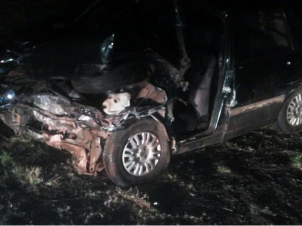 Veículo do taxista foi atingido pelo carro que invadiu a pista (Foto: Adolfo Lima/ TV TEM)