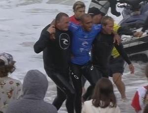 Jadson André saiu carregado do mar após sofrer lesão no tornozelo. Mesmo machucado, potiguar quase venceu a bateria (Foto: Reprodução/WSL)