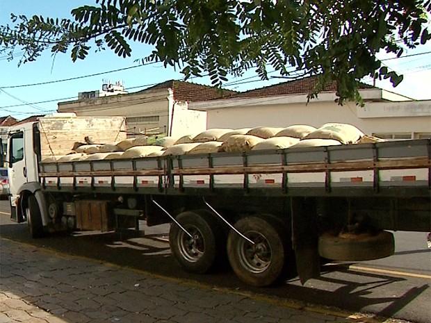 Caminhão possui rastreador via satélite que indicou trajeto aos policiais (Foto: Márcio Meireles/EPTV)