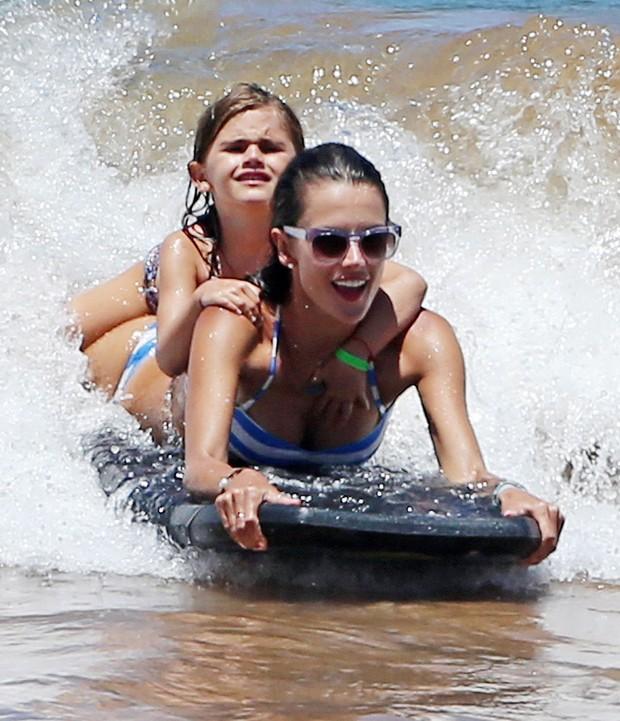 Alessandra Ambrósio com o filha Anja no Havaí (Foto: Grosby Group/ Agência)