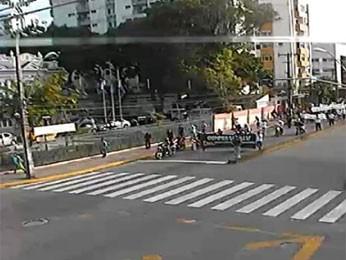 Câmera da CTTU captou grupo caminhando no bairro da Boa Vista (Foto: Divulgação / CTTU)