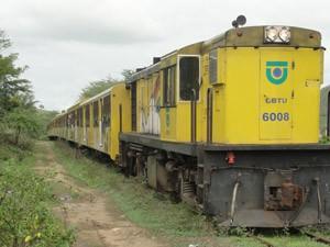 Locomotiva é enfeitada para ser usada como trem do forró (Foto: Maurício Melo/G1)
