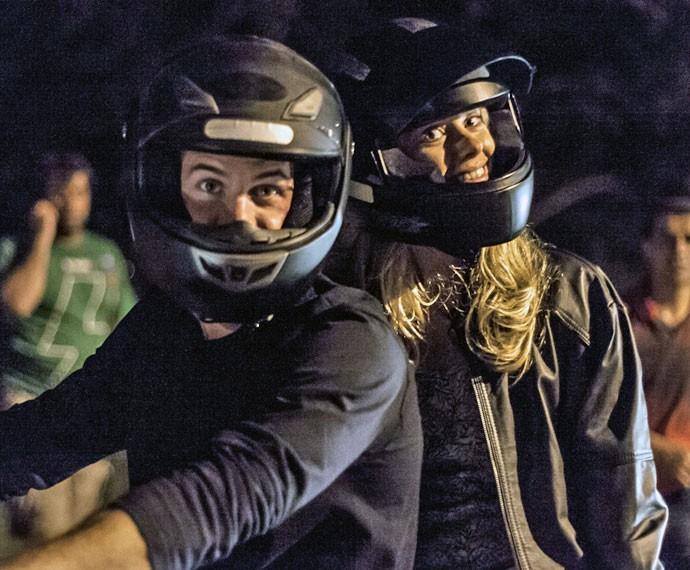 Marco Pigossi e Carolina Dieckmann posam para as lentes do Gshow (Foto: Artur Meninea/Gshow)