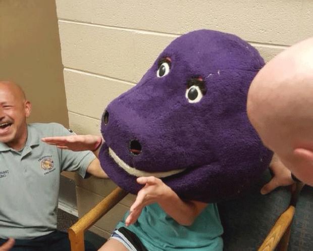 Adolescente prende cabeça em fantasia de dinossauro nos EUA (Foto: Audrey Johnson Shannon/Facebook)