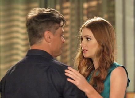 Arthur dança com Eliza para tentar animar a ruiva