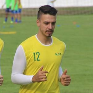 Goleiros Roberto (esq.) e Thiago Régis se exercitam antes do treino desta segunda (Foto: Marcos Dantas)