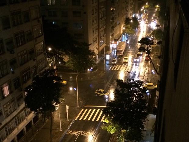 Chuva em  Copacabana na noite deste sábado (12) (Foto: José Raphael Berrêdo/G1 )