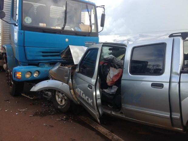 Acidente entre caminhão e caminhonete (Foto: Maria Caroline Palieraqui/G1 MS)