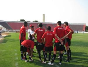 Doriva orienta os jogadores do Ituano (Foto: Rafaela Gonçalves / GLOBOESPORTE.COM)