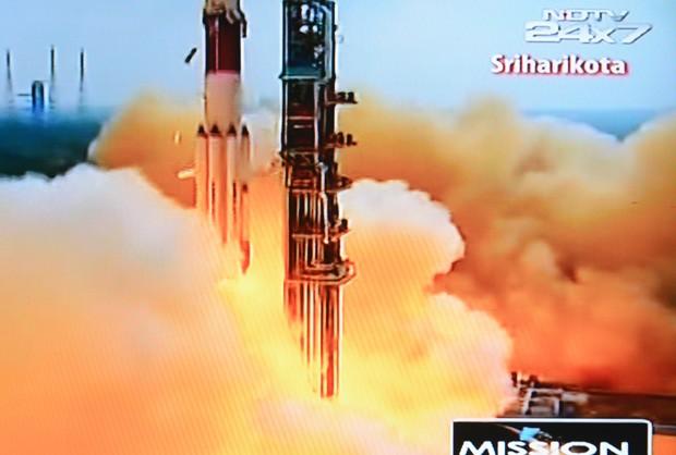 Imagem do canal de televisão NDTV mostra o Veículo de Lançamento de Satélite Polar (PLSV - C25) no momento do lançamento da missão. (Foto: AFP Photo/NDTV/Doordarshan)