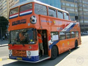 O Dutch Orange Bus, em português, Ônibus Laranja Holandês, 'mascote' da torcida laranja no Brasil (Foto: Reprodução/TV Globo)