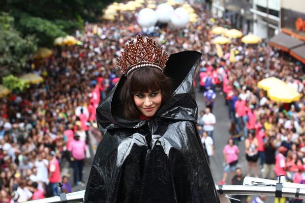 A rainha do bloco, Alessandra Negrini, ainda de capa antes de mostrar a fantasia (Foto: Frâncio de Holanda/ABA)