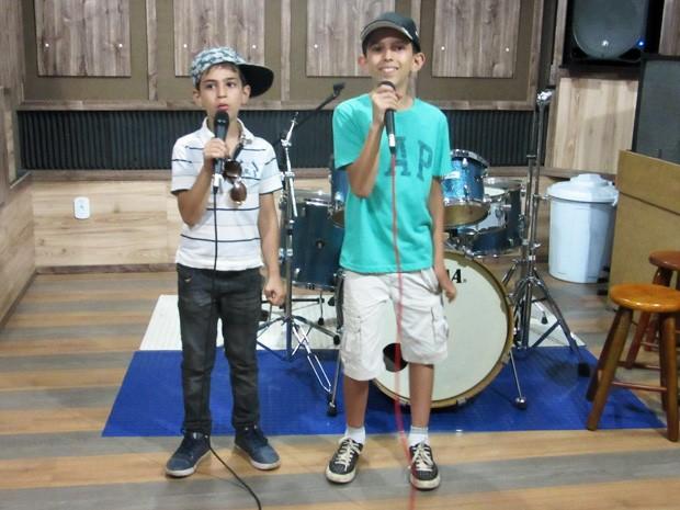 Irmãos sírios em loja de instrumentos musicais em Taguatinga, no DF (Foto: Isabella Formiga/G1)