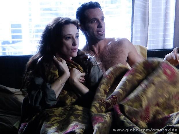 O casal fica sem reação diante da pergunta dela... (Foto: Amor à Vida / TV Globo)