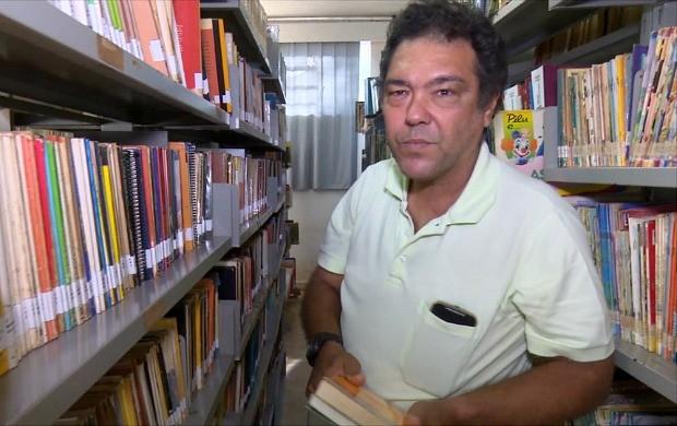 João Batista vai à biblioteca semanalmente, em Cacaol. (Foto: Bom Dia Amazônia)