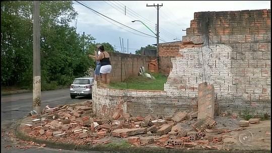 Muro de casa desaba durante forte chuva em Avaré