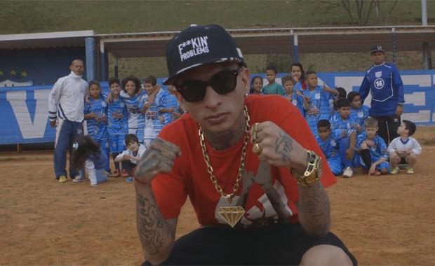 MC Guimê no clipe de 'País do futebol' (Foto: Divulgação)