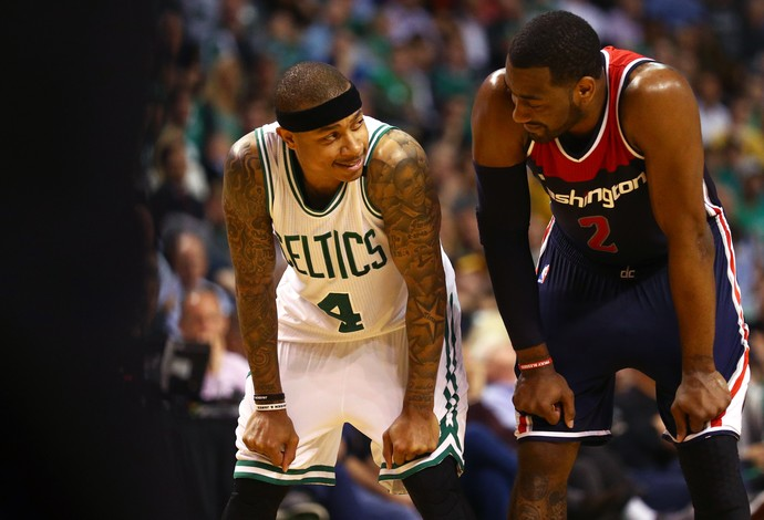 Isaiah Thomas, do Boston Celtics, ao lado de John Wall, do Washington Wizards (Foto: Getty Images)