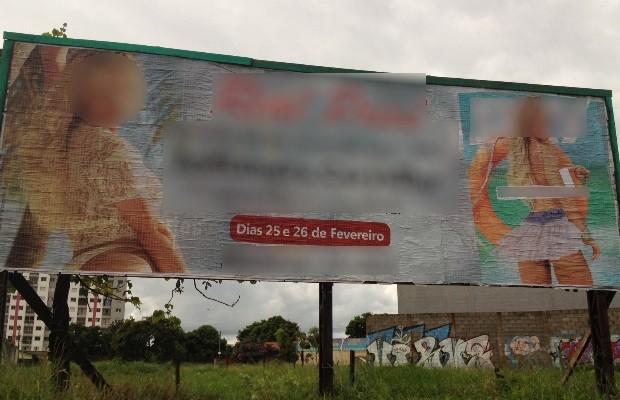 Padre faz campanha contra outdoors com anúncios eróticos: 'Agressivos' em GoIânia, Goiás (Foto: Sílvio Túlio/G1)