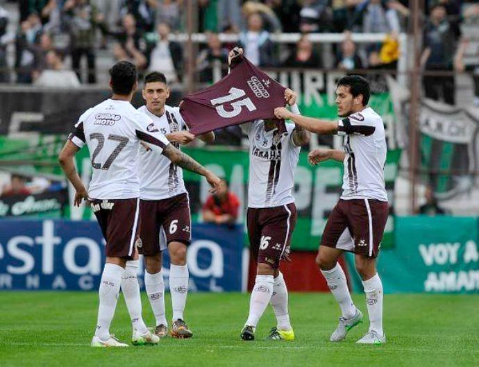 Jogadores do Lanús com a camisa de Diego Barisone
