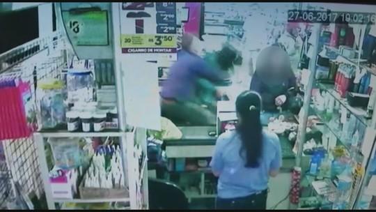 Aposentado 'voa' em cima de ladrão e evita assalto a supermercado em Bebedouro, SP
