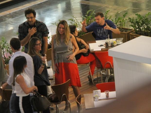 Luciano Szafir com a namorada, Luhanna Melloni, em shopping no Rio (Foto: Daniel Delmiro/ Ag. News)