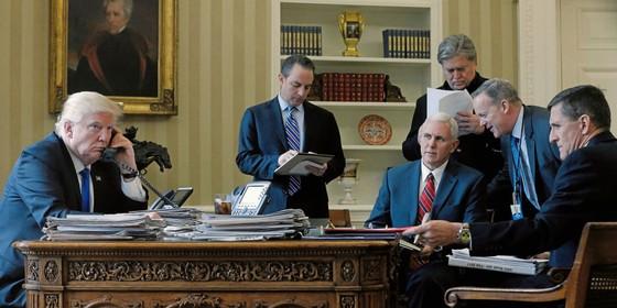 Trump fala com Putin,por telefone,em janeiro.Entre os assessores,esta Michael Flynnn ( primeiro sentado,á direita da foto),demitido por conversas impróprias com o embaixador russo (Foto: Jonathan Ernst / Reuters)