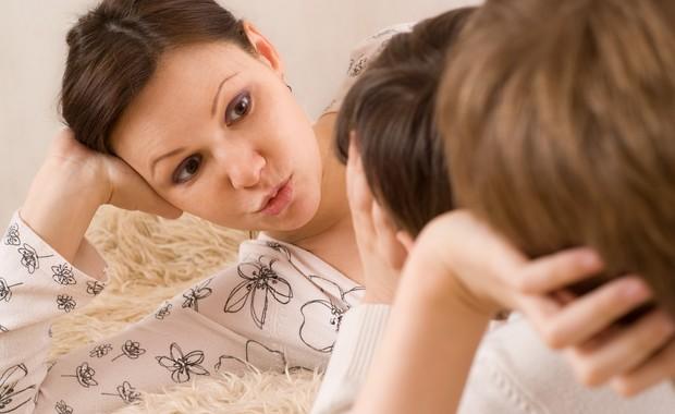 Mãe conversando com os filhos (Foto: Shutterstock)