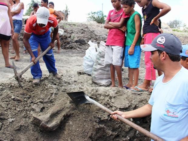 baianos encontram ossada pré-histórica (Foto: Calila Notícias/Divulgação)
