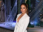Jennifer Lopez arrasa com look decotado em evento de moda