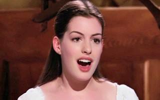 Anne Hathaway canta as próprias canções no filme (Foto: divulgação / reprodução)