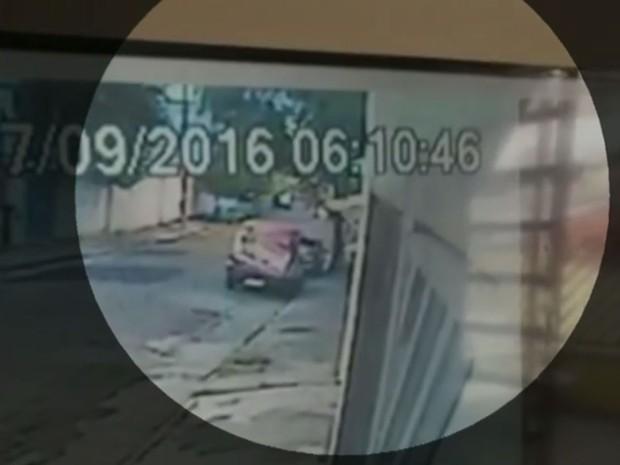 Vídeo mostra que bandidos cruzaram com a moto das vítimas e deu a volta para fazer o assalto (Foto: TV Globo/Reprodução)