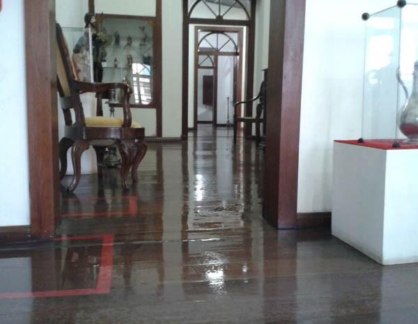 Durante a tarde, a chuva atingiu até a sala onde estão as peças do século XIX (Foto: Douglas Pinto/TV Mirante)