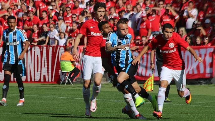 Everton marcado por três colorados  (Foto: Diego Guichard)