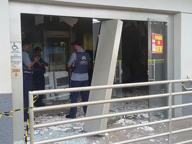 Vigilantes observam destruição em agência do BB de Lima Campos (MA)