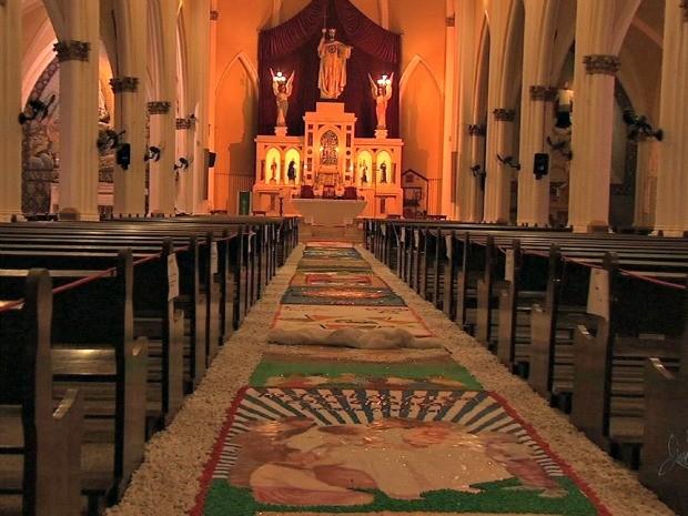 Paróquia do Cristo Rei, em Fortaleza, expõe tapetes areias e serragens para feirado do Corpus Cristi. (Foto: TV Verdes Mares/Reprodução)