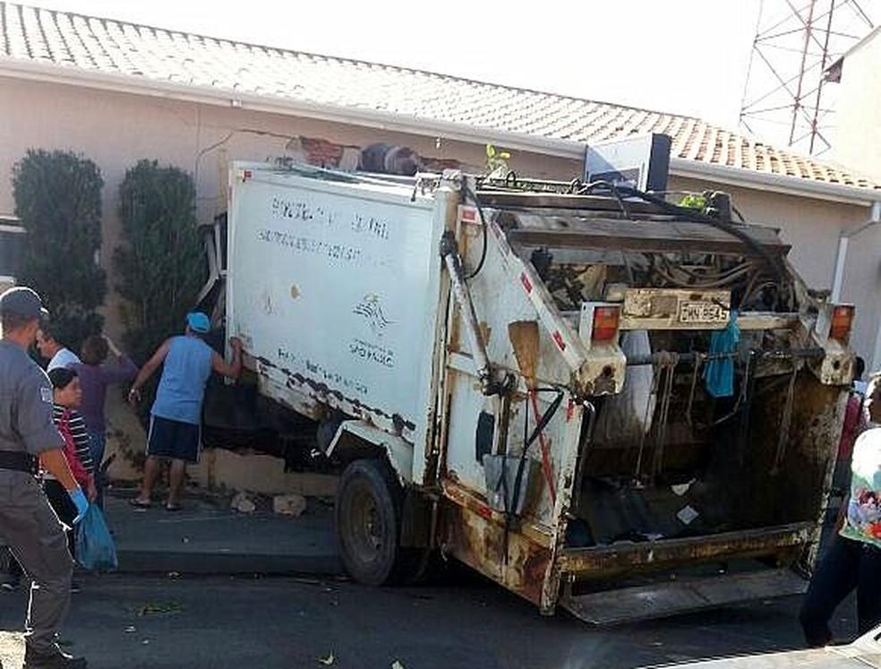 Caminhão de lixo invade loja em Mococa (Foto: Polícia Militar/Divulgação)