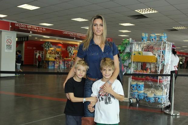 Fernanda Lima com os filhos (Foto: Alex Palarea / AgNews)