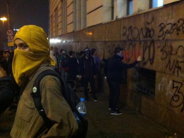 Pichações sao feitas ao longo de todo caminho do manifesto (Foto: Marcelo Mora/G1)