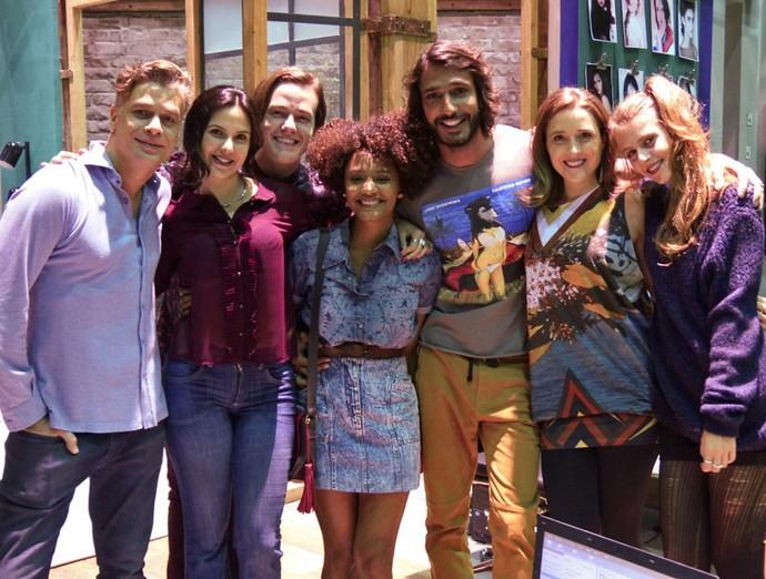 Jéssica Ellen posa com elenco após gravar sua última cena (Foto: Renata Sofia/Gshow)