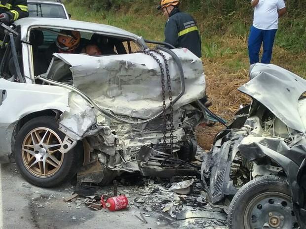 Acidente entre carros na BR-267 deixa feridos em Juiz de Fora (Foto: Corpo de Bombeiros/Divulgação)