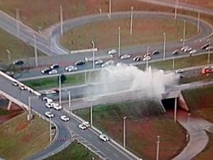 Vista áerea sobre a EPTG mostra o jato de água após rompimento de adutora da Caesb (Foto: Reprodução/TV Globo)