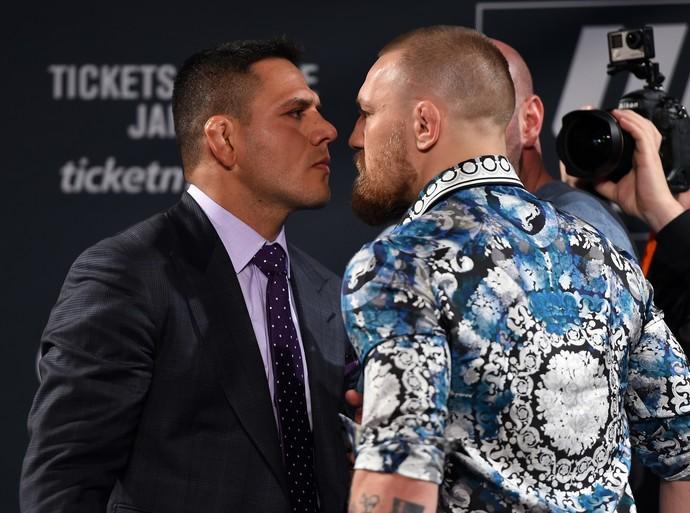 Rafael dos Anjos e Conor McGregor encarada coletiva UFC 197 (Foto: Getty Images)